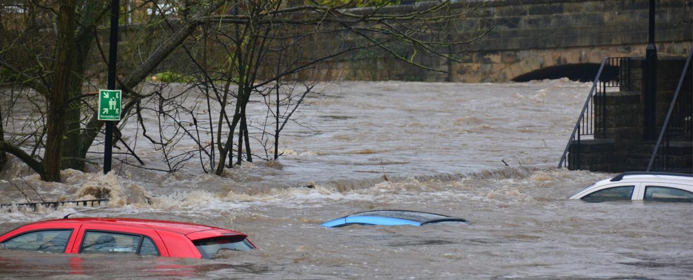 Hochwasser herrscht, wenn der Wasserstand deutlich über dem Pegelstand des Mittelwassers liegt beziehungsweise das Normalmaß  übersteigt, dann herrscht Hochwasser.