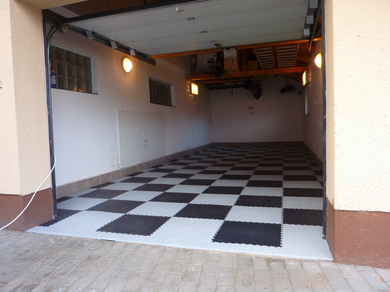 Garage mit schwimmend verlegten PVC Boden Fliesen