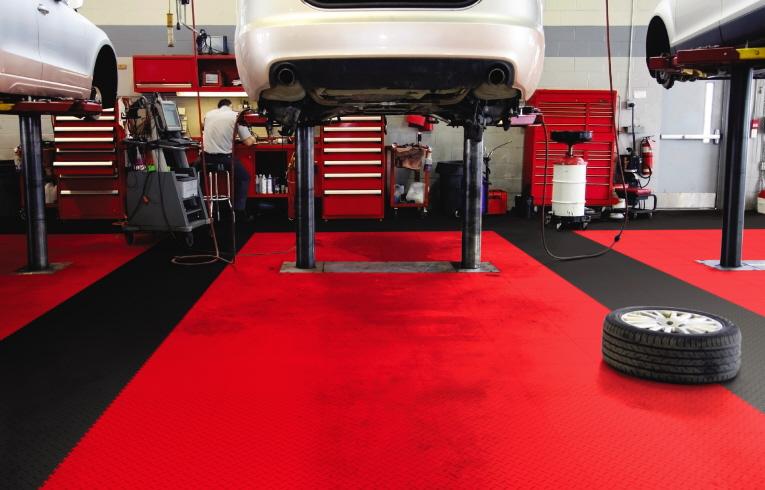 Werkstatt-Boden mit moibil verlegten PVC Fliesen