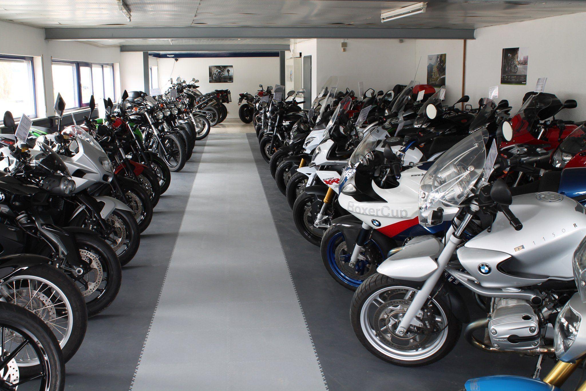 Motorrad-Ausstellung mit PVC Boden Fliesen schwimmend verlegt