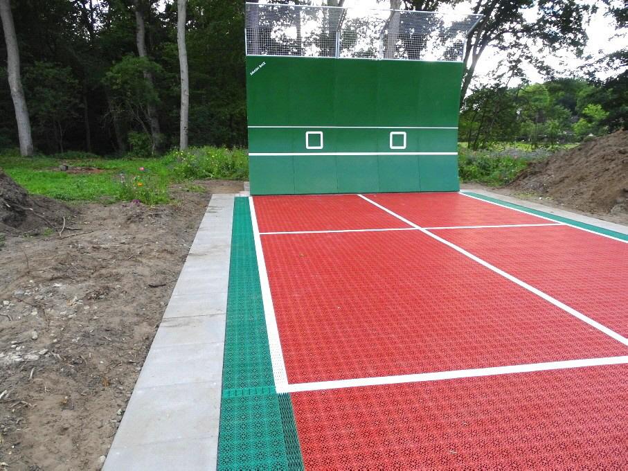 Nicht nur eine professionelle Tenniswand, sondern auch der Allwetter-Tennisbelag mit optimalem Ballsprung-Verhalten, sorgen für korrekte Übungseinheiten. Der Tennisbelag besteht aus dem Bergo Tennissystem und ist aus UV- und wetterbeständigem Polypropylen