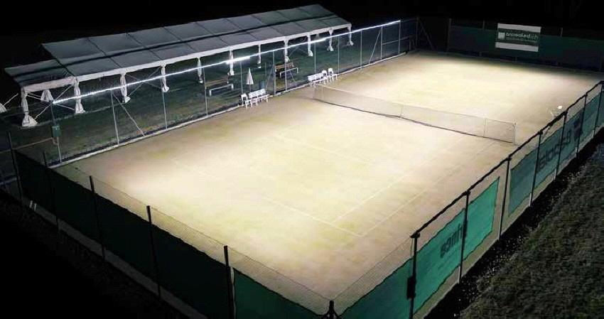 PATENTIERTE & AUSGEZEICHNETE LÖSUNG: Speziell für die Beleuchtung von Tennisplätzen im Freien entwickelt